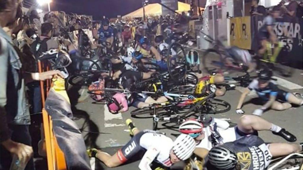 ¡Impactante! Más de una decena de ciclistas caen unas encimas de otras tras un brutal accidente