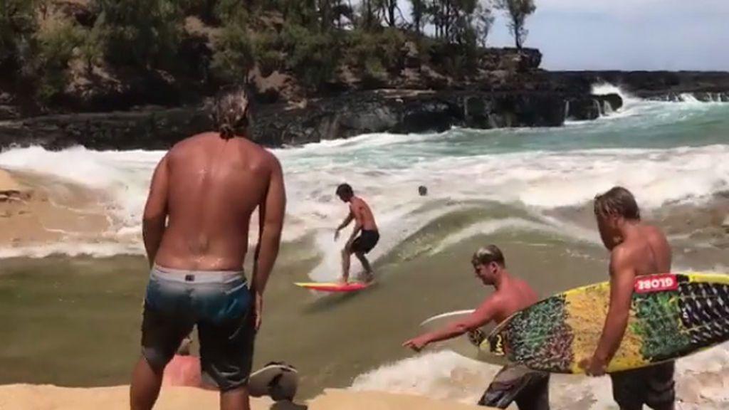 ¡Ni en sus mejores sueños! Encuentran una entrada de mar en la playa que les regala la ola perpetua