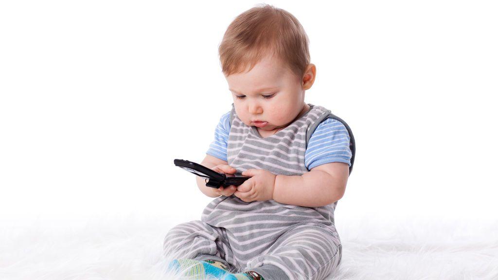 Los niños que usan teléfonos móviles y tabletas tienen mayor riesgo de retrasar
