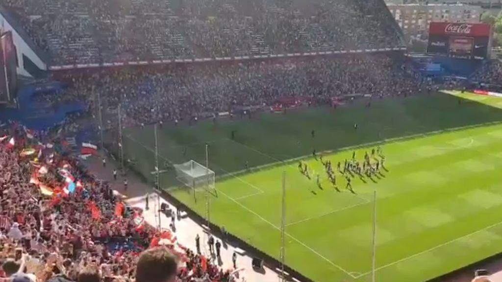 ¡Conjura de remontada! El Calderón anima tras el partido y los jugadores vuelven a saltar al campo para agradecer el apoyo