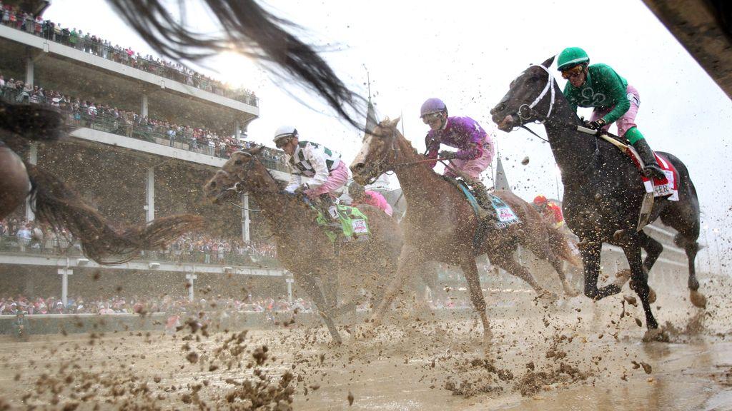 Espectacular carrera de caballos sobre el barro