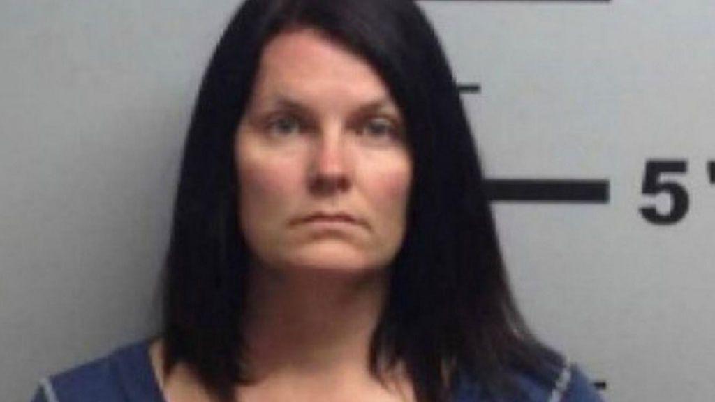 Una mujer dispara a un niño alegando que el menor estaba violando a un perro