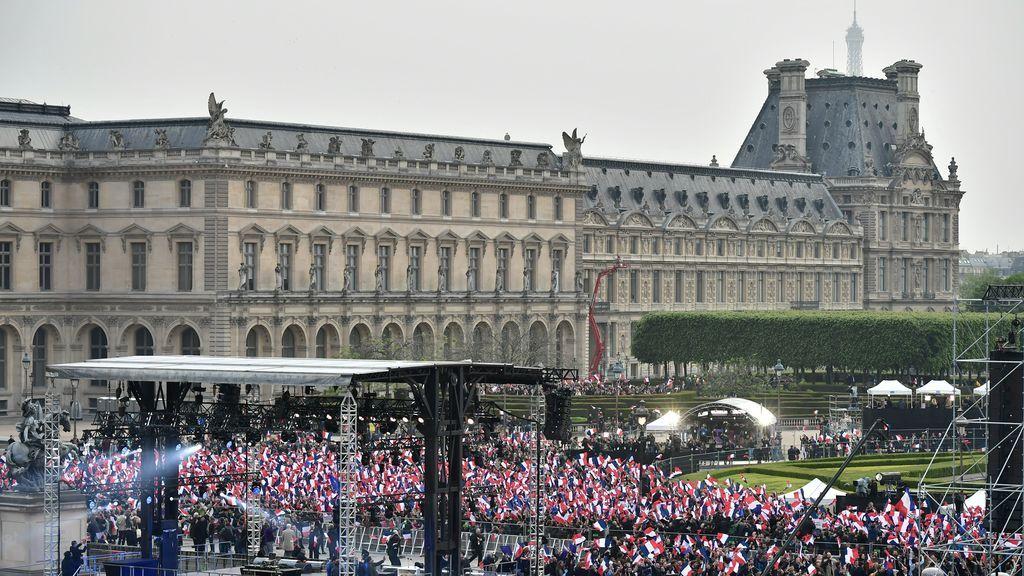 Cientos de ciudadanos franceses celebran la victoria electoral de Macron en la segunda vuelta.