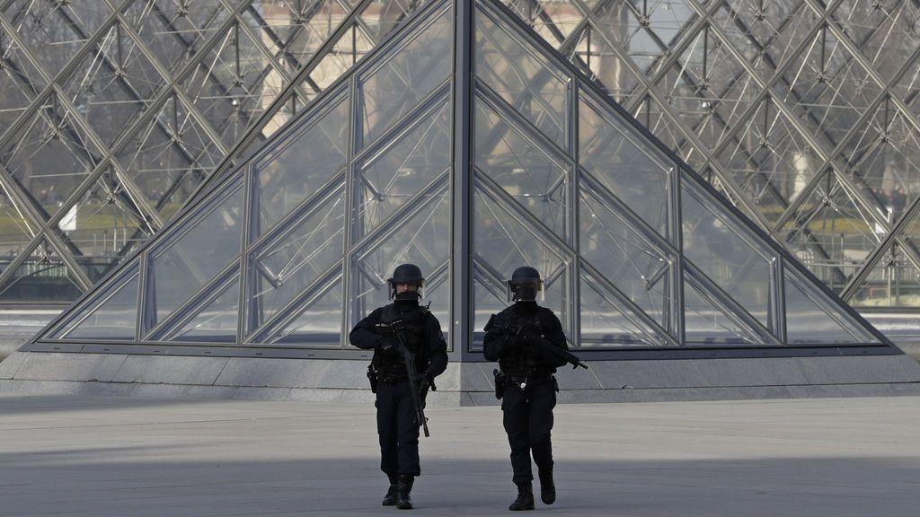 Desalojan la plaza del Louvre por una falsa alarma