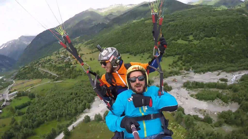 ¡Fuera miedos! Antonio Orozco vence su fobia a las alturas y se tira en paracaídas