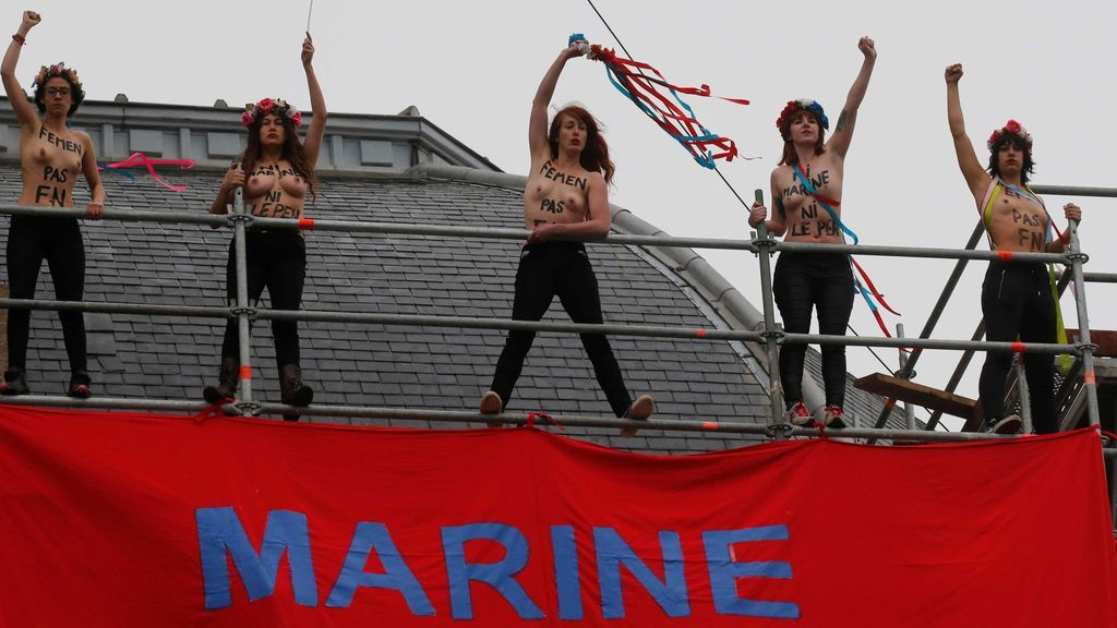 Activistas de Femen despliegan una pancarta contra Le Pen en una iglesia del norte de Francia