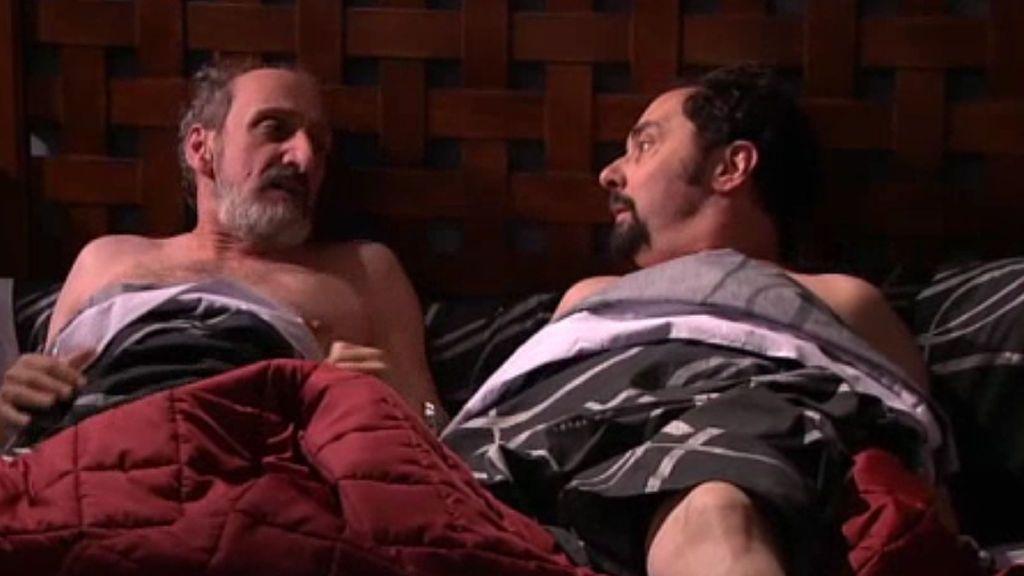Enrique Y Antonio Se Despiertan Juntosy Desnudos En La Misma Cama