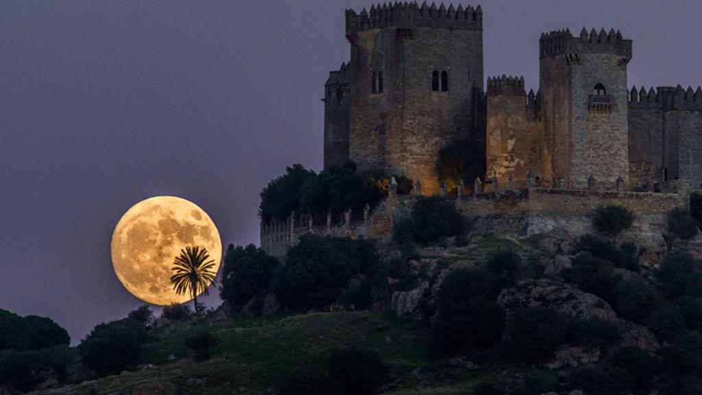 La Luna llena 'de las flores' podrá verse mañana al 100% de su iluminación en España