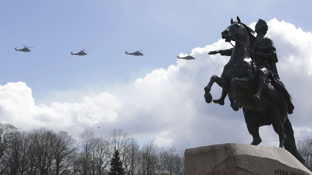 El emperador ruso Pedro El Grande vigila los helicopteros