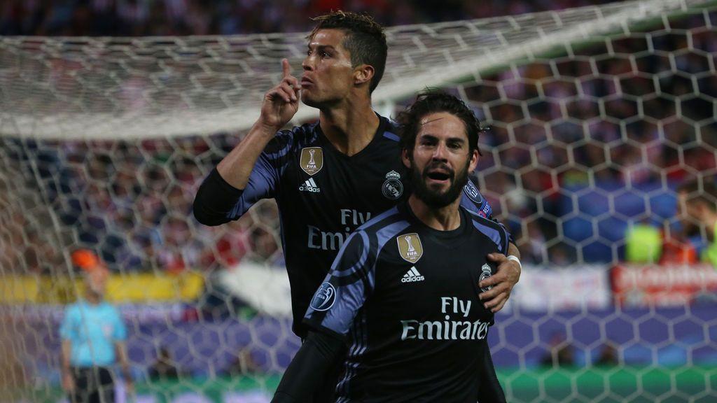 Cristiano manda callar al Vicente Calderón tras el gol de Isco en la primera parte