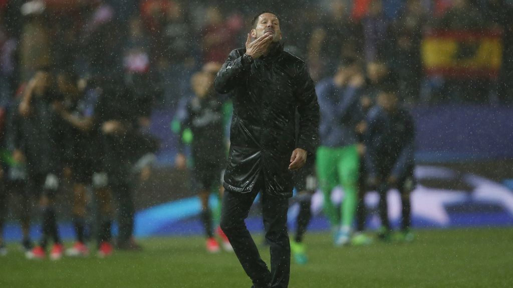 Neptuno despide al Calderón con una tromba de agua en su última noche de Champions