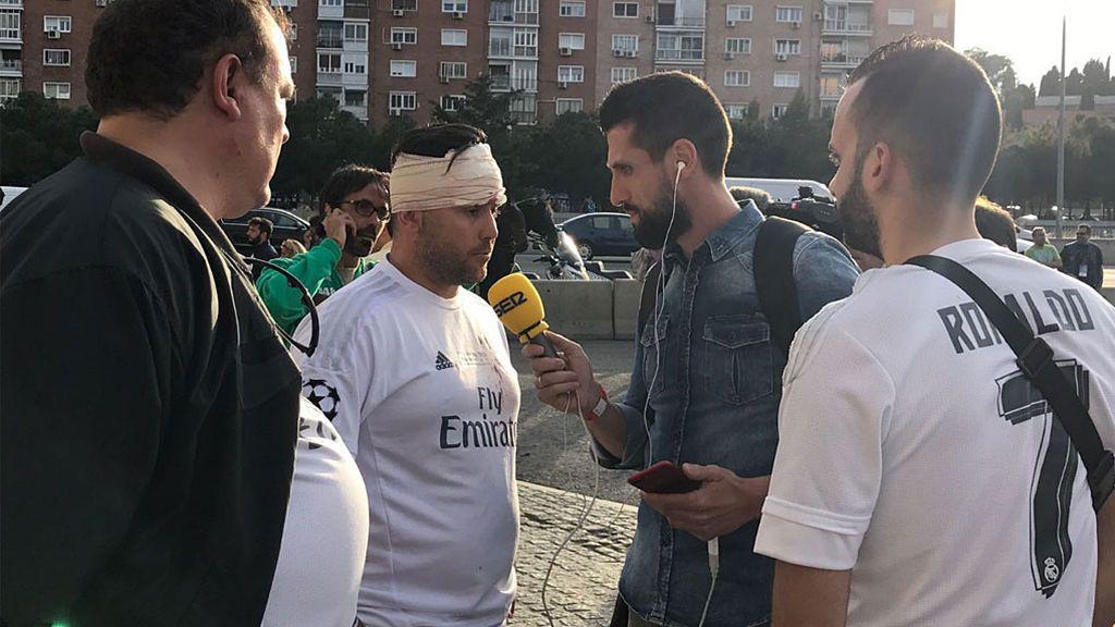 Un aficionado del Madrid recibe un botellazo en su llegada al Vicente Calderón