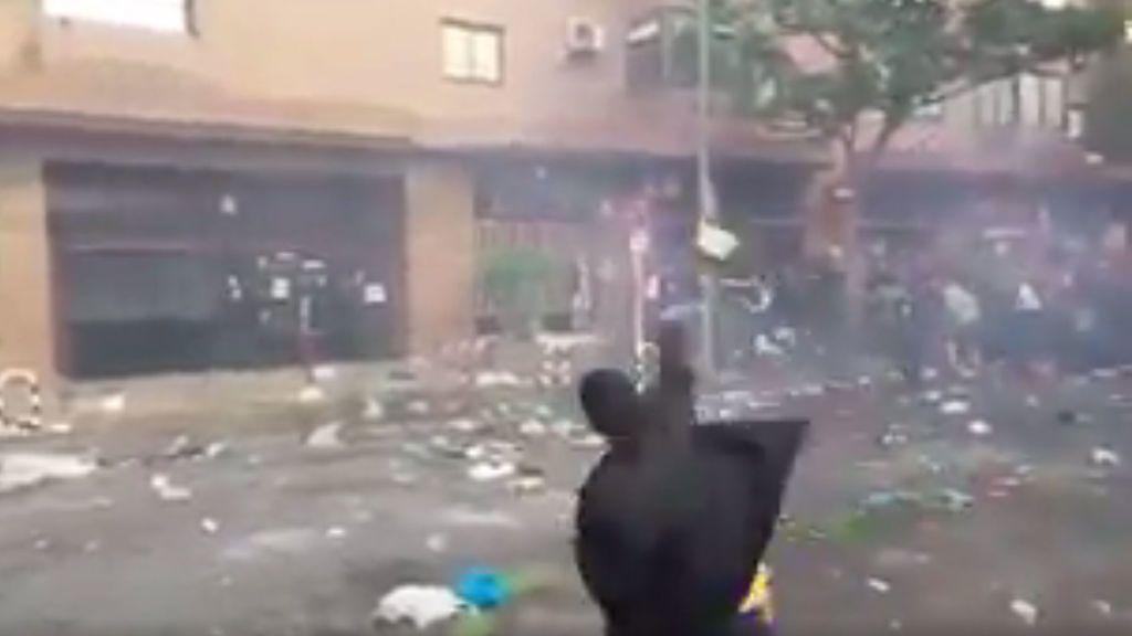 Absoluta vergüenza en la previa del derbi: decenas de ultras del Frente Atlético someten a botellazos a la Policía