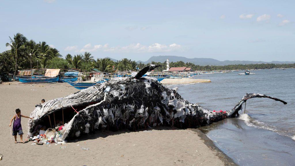 La ballena de plástico y basura de un activista de Greenpeace en Filipinas