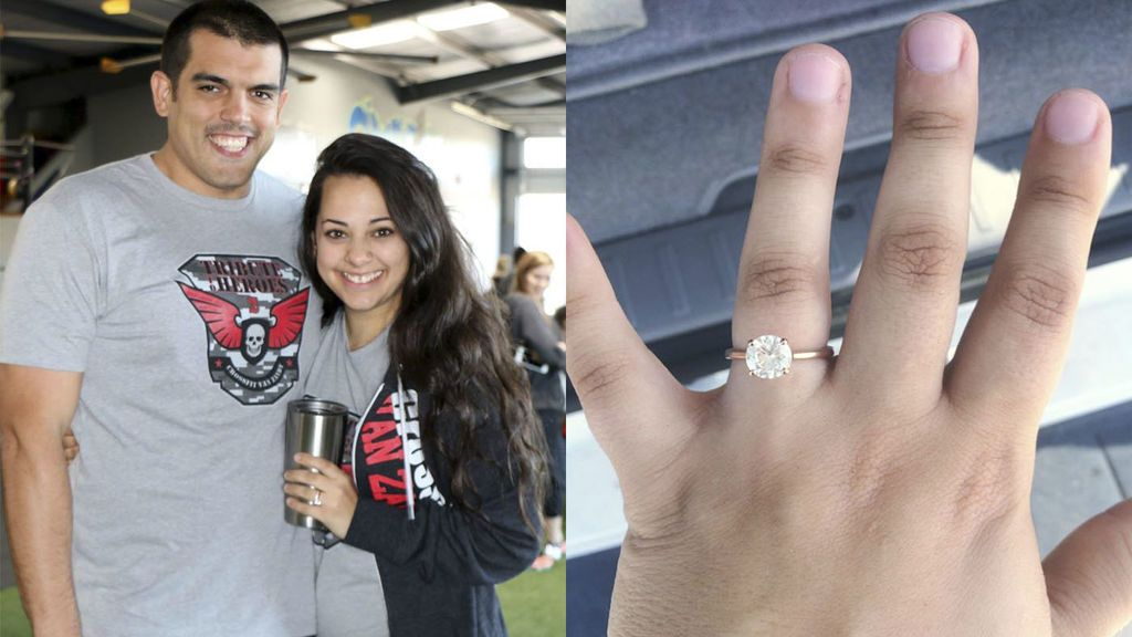 Una pareja encuentra sus anillos de compromiso entre los escombros de un tornado