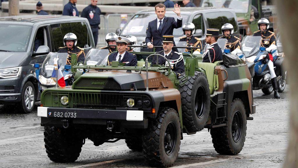 Macron se da un baño de masas en los Campos Elíseos en su primer acto como presidente