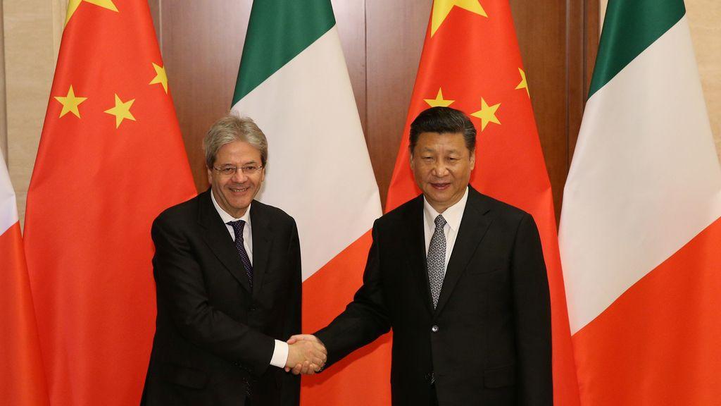 El Primer Ministro Italiano y el Presidente chino se saludan antes de la cumbre bilateral en Pekín