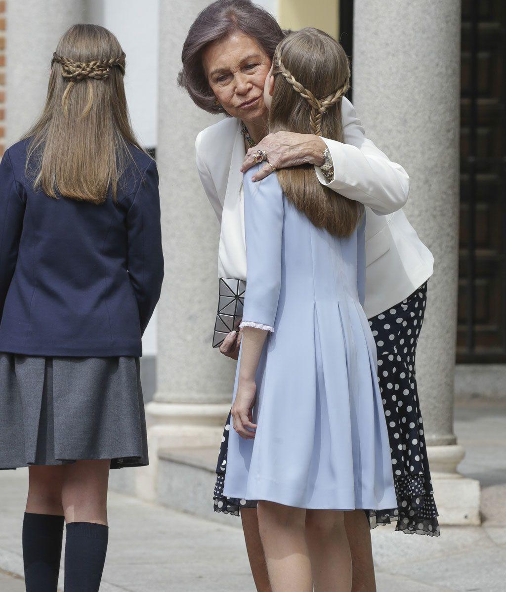 La abuela Sofía besando a Leonor