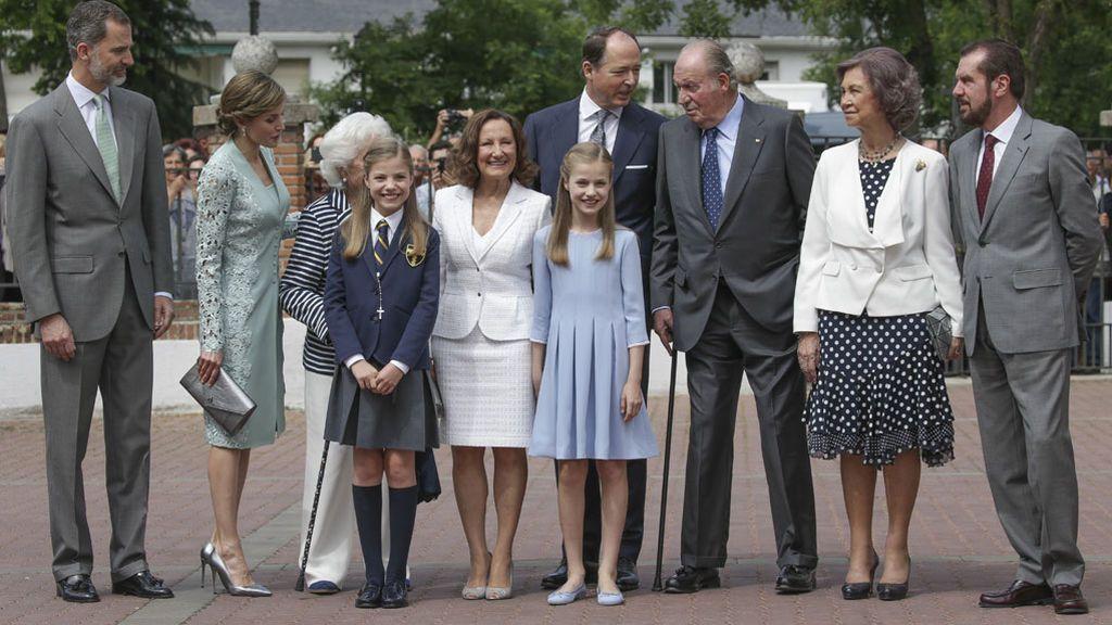 El príncipe Constantino de Bulgaria (hablando con el Rey emérito), también en el posado familiar