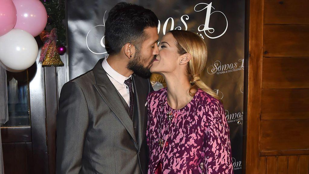 Beso contorsionista y mucho amor entre Tamara Gorro y Ezequiel Garay