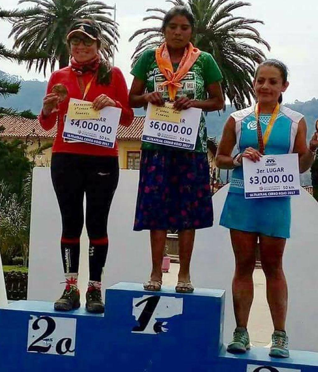 Una indígena gana una maratón en sandalias, con faldas y sin hidratación y tras caminar dos días para llegar a la carrera