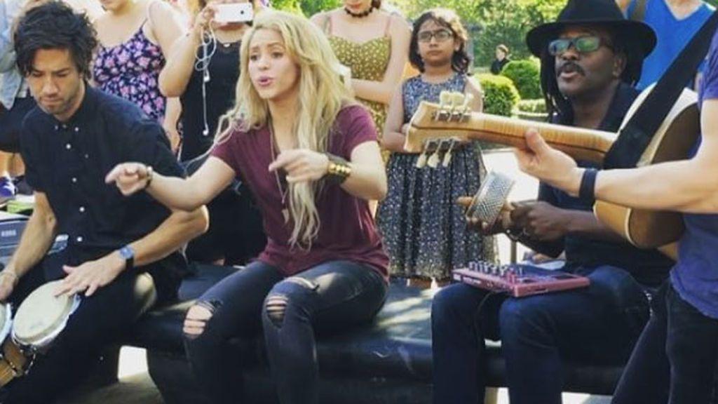 Shakira sorprende a su fans en Nueva York a ritmo de Chantaje