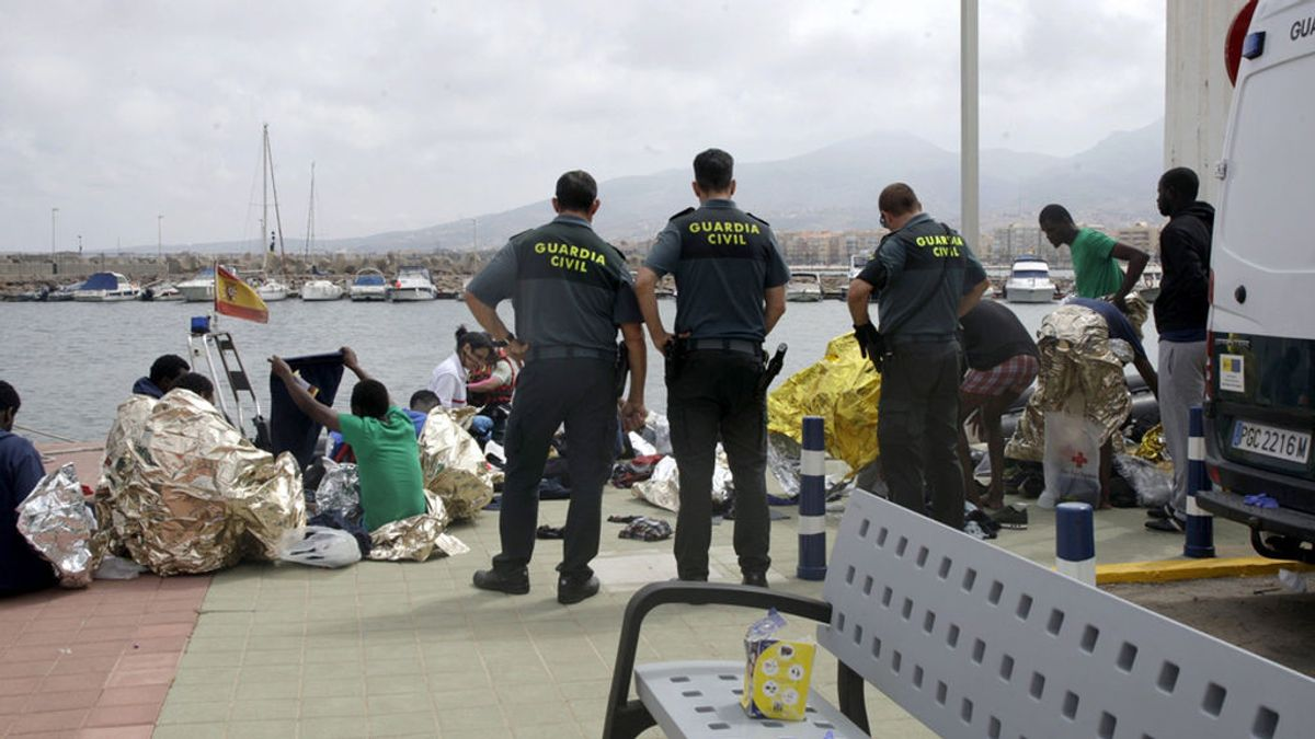 La Guardia Civil auxilia a 24 inmigrantes tras el naufragio de su embarcación en Melilla