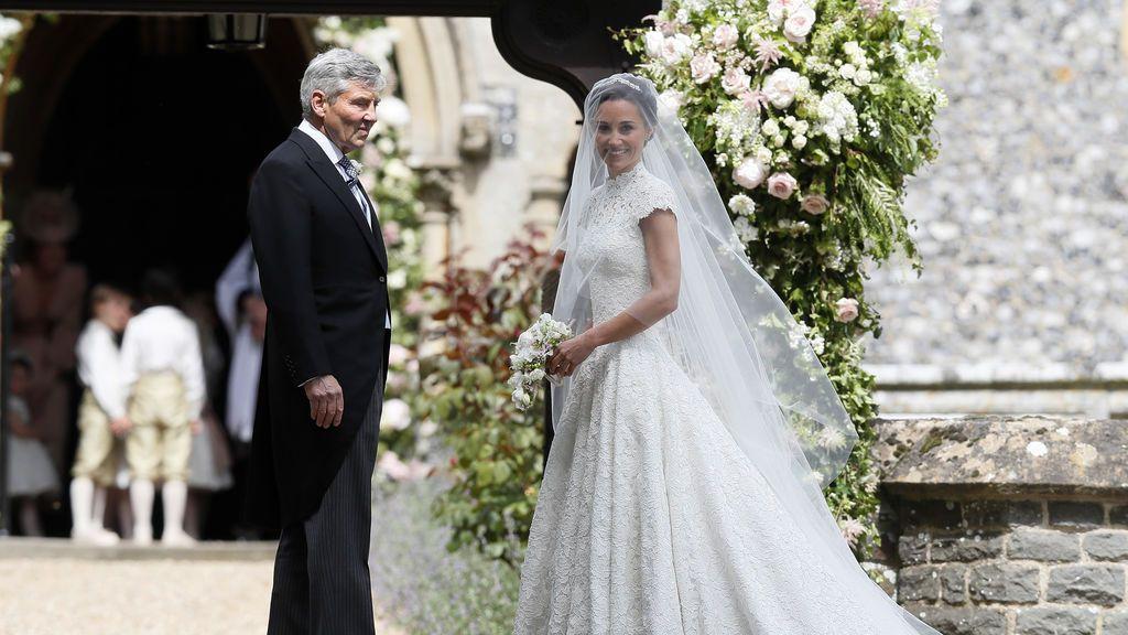 pippa middleton, blanca y radiante con un vestido de encaje de giles