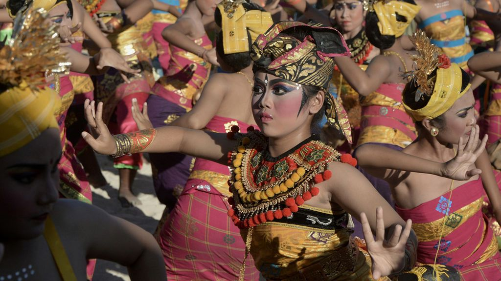 Un grupo de estudiantes durante el Festival Badung Bahari en Bali