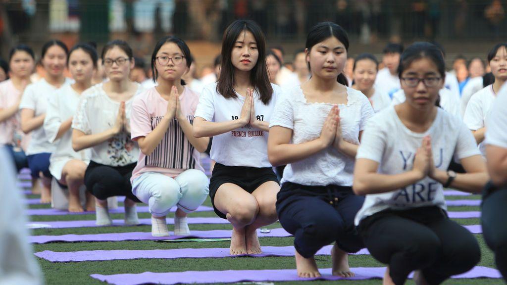 Un grupo de estudiantes chinas practican yoga para el conocido Gaokao