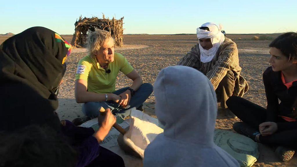 Jesús Calleja y Clara Lago alucinan con la forma de vida de una familia nómada