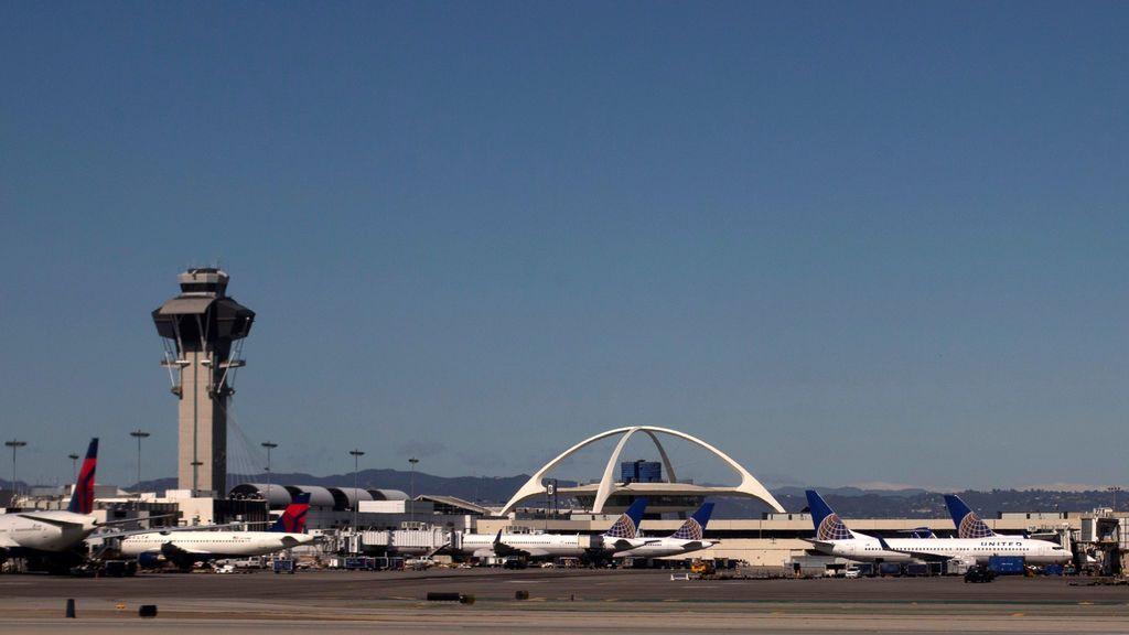 ocho heridos en un choque entre un avión y un vehículo en el aeropuerto de Los Ángeles