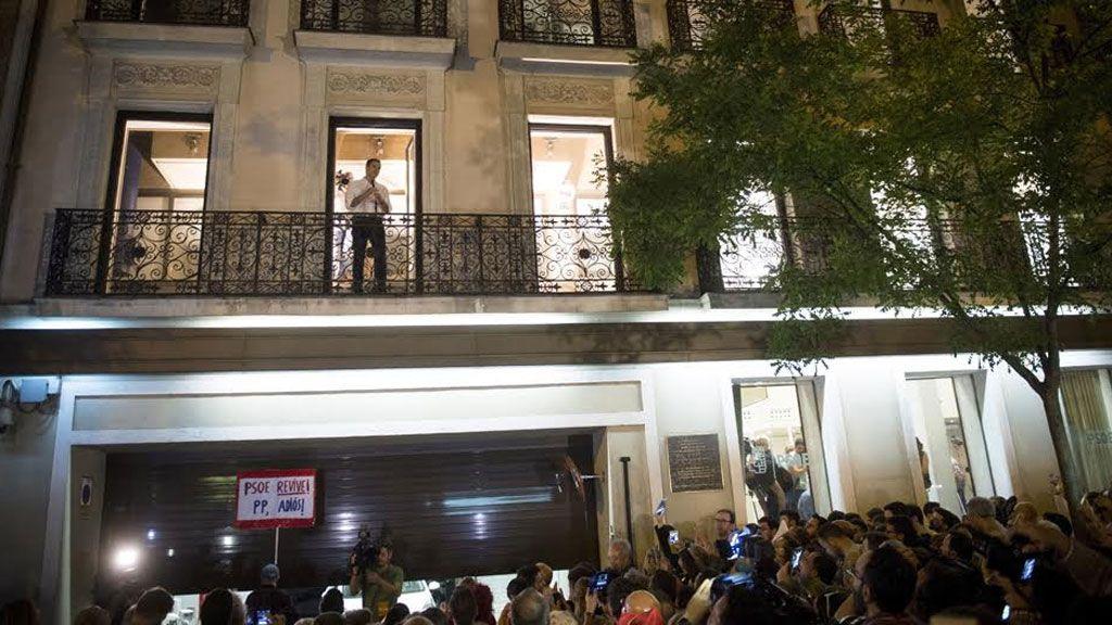 Pedro Sánchez se dirige a los militantes desde el balcón de la sede de Ferraz
