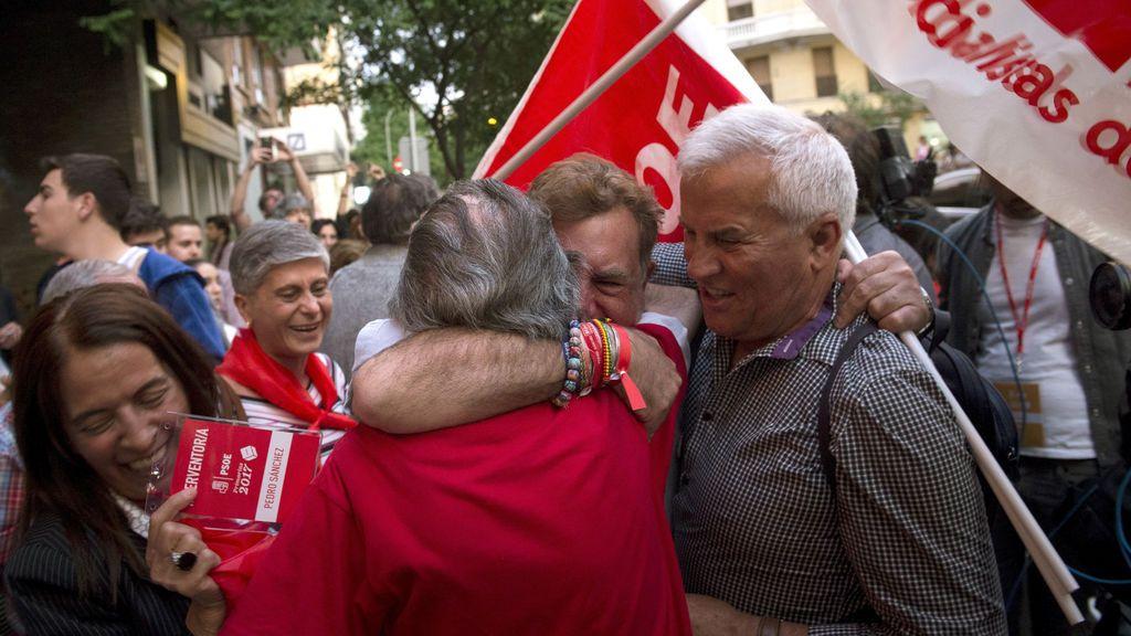 Simpatizantes de Pedro Sánchez celebran los primeros resultados