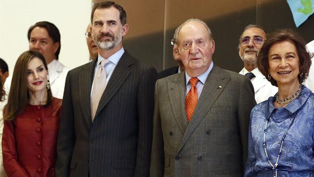 Los cuatro Reyes juntos en el 13º aniversario de boda de Felipe y Letizia