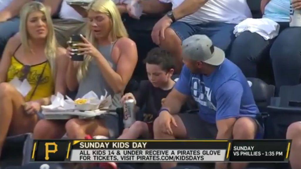 ¡Escándalo en EEUU! La cámara pilla a un niño bebiendo cerveza en la grada de los Pittsburgh Pirates