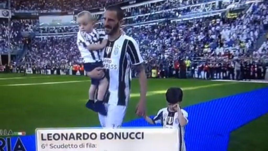 Cuando tu padre te obliga a vestir la camiseta del eterno rival: ¡El enfado del hijo de Bonucci, hincha del Torino!