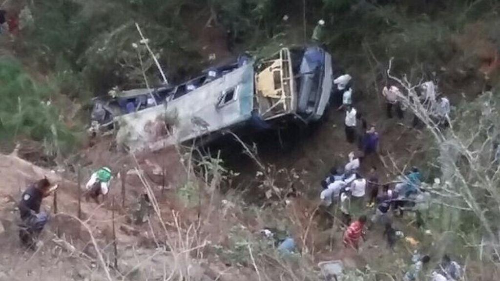 Mueren 17 personas tras caer un autobús por un barranco en Chiapas, México