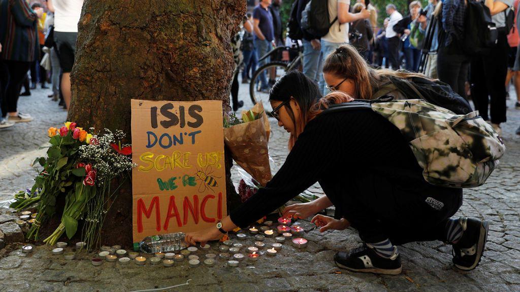 Atentado en Manchester: Emotiva vigilia en Albert Square por las víctimas