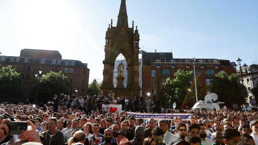 Atentado en Manchester: Emotiva vigilia en Albert Square en memoria de las víctimas