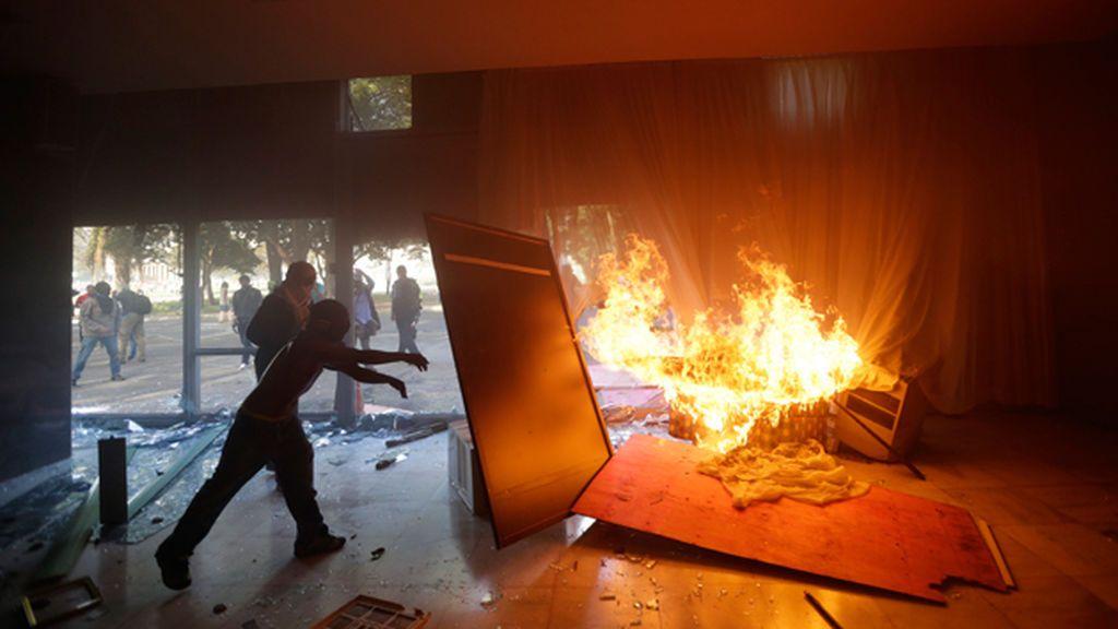 Manifestantes en Brasil incendian el Ministerio de Agricultura de Brasilia