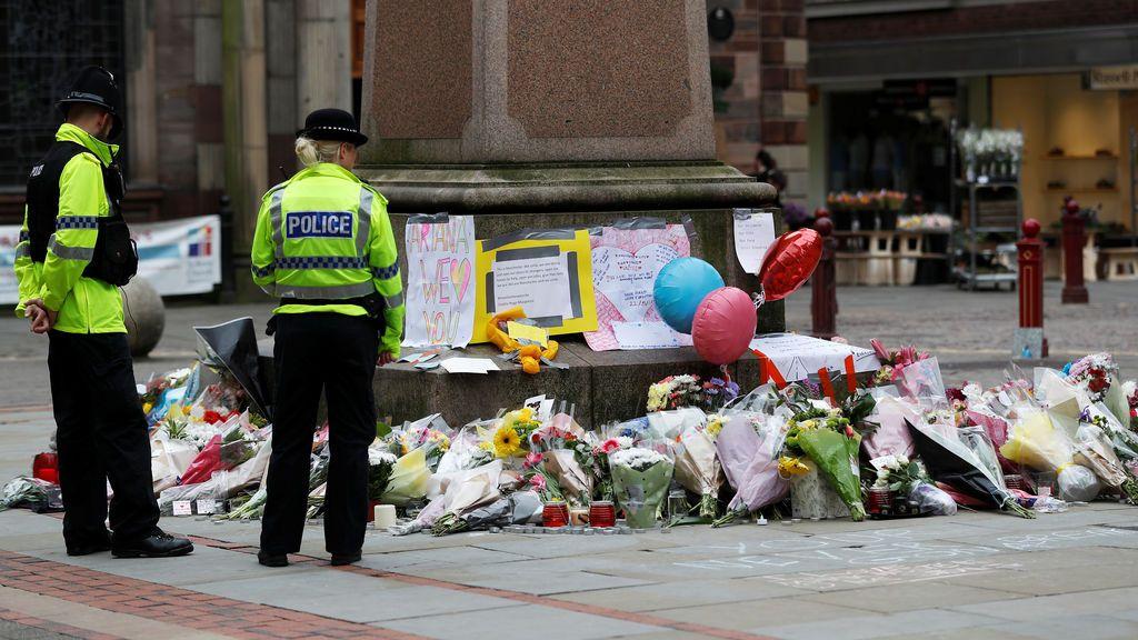 Policía junto a un homenaje a las víctimas del atentado de Mánchester