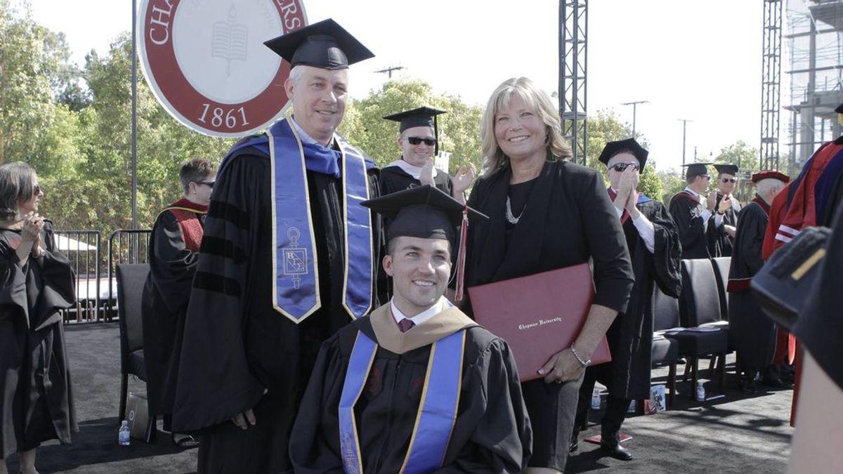 Consigue un título después de acompañar a su hijo tetrapléjico cada día a clase