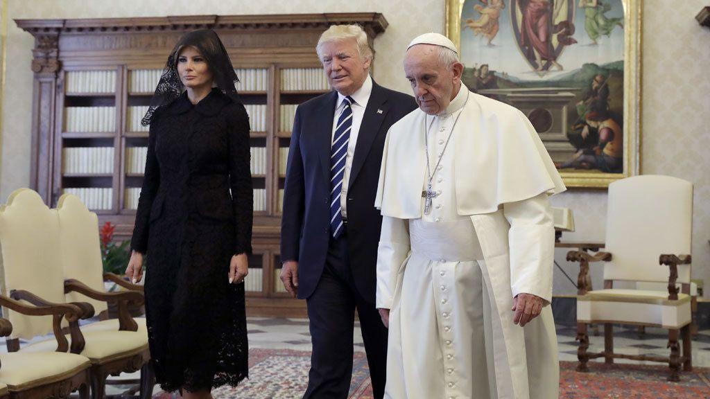 La apuesta de Melania para ver al Papa: 'Total black' con mantilla