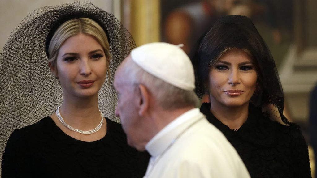 La apuesta protocalaria de Melania Trump para ver al Papa: 'Total black' con mantilla y sin joyas