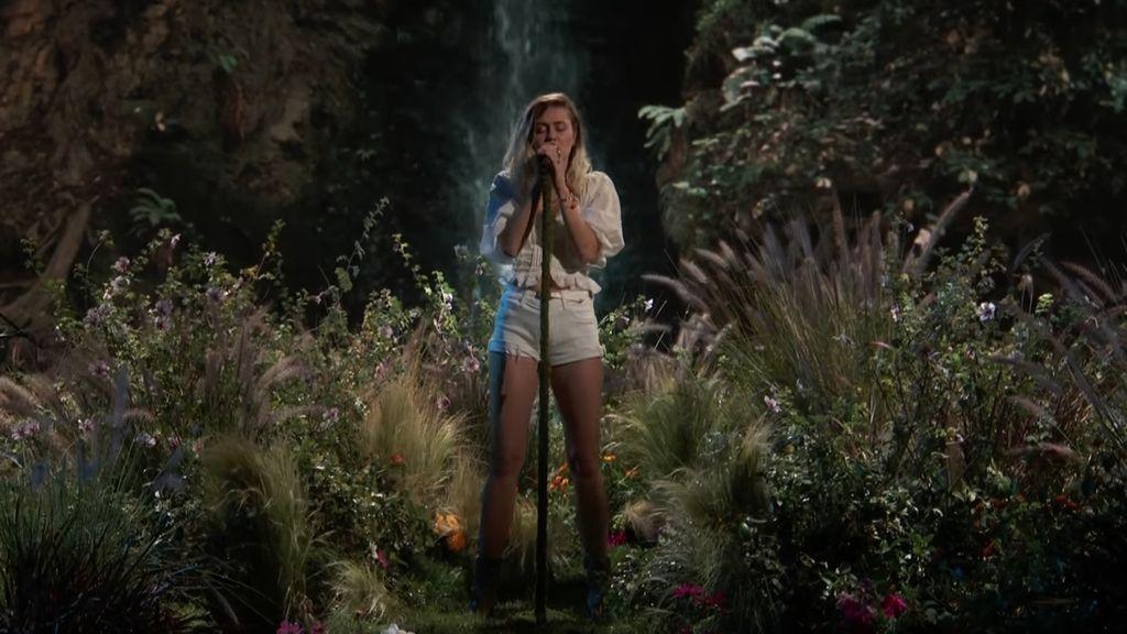 El emotivo homenaje de Miley Cyrus a Ariana Grande y las víctimas del atentado en la final de 'La Voz USA'