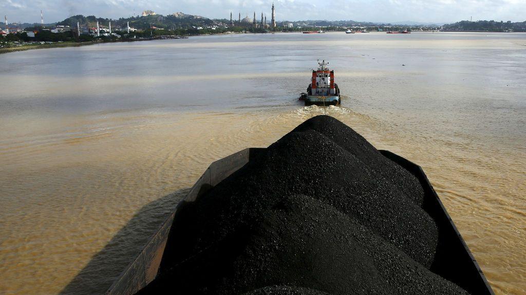 Remolcador con carbón en el río Mahakam