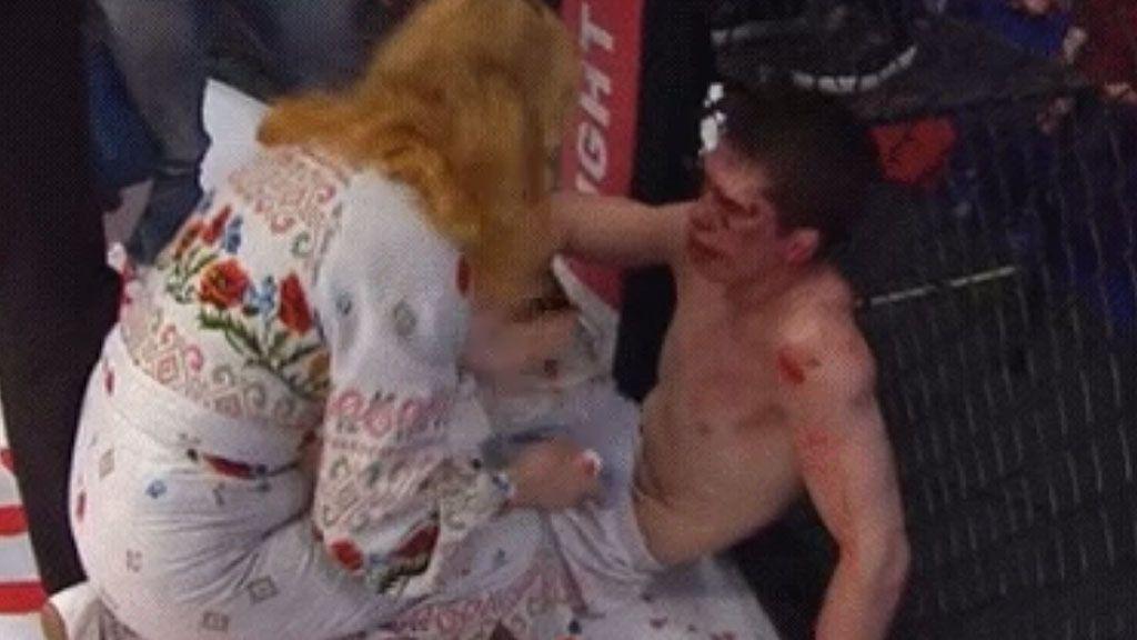 ¿Montaje o vergüenza? Una madre abofetea a su hijo tras un KO brutal en la MMA