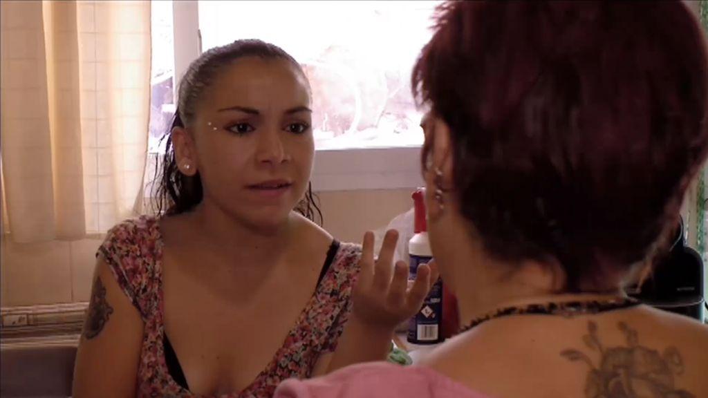 La madre de Amèlie le quita el móvil y ella… ¡Lo rompe TODO!