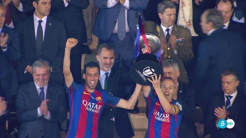¡Iniesta levanta la Copa del Rey! La número 29 y la tercera consecutiva del Barça